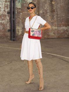 HAR SNØRING: Danser og influencer Mimi Elashary gjør en enkel kjole fra She Made Me ganske mye frekkere ved å bruke lårhøye støvletter til. Vesken kommer også bedre frem når den blir båret såpass høyt i stedet for hengende over skulderen. Foto: Getty Images