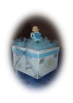 Eine wunderschöne Geschenkverpackung für ein kleines Geschenk oder Geldschein zur Taufe oder Geburt,  quadratische weiße Pappdose,verziert mit Sticker