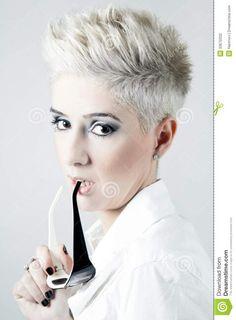 Cheveux courts blancs