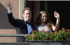Magdalena de Suecia y Chris O'Neill saludan desde uno de los balcones del Grand Hotel de Estocolmo a los numerosos ciudadanos que se acercaron a los alrededores para mostrarles su cariño el día anterior a su boda