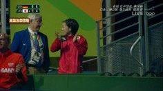 オリンピックの卓球女子 団体戦で石川佳純選手が場外退場に  本日行われたリオオリンピック 女子卓球団体の日本VSドイツ戦  福原愛選手とインハン選手の試合中 ベンチの石川佳純選手ががんばれーと日本語で応援してしまった為 禁止されているベンチからのアドバイスと勘違いされ場外へ退場させられることに  でもその後一人場外から拍手や声援を送っているところを ライブカメラで抜かれTwitterなどSNSではかわいいと話題に笑   となりにいるスタッフっぽい人退場させられた選手の監視員も話しかけられ 拍手しながら答える姿は確かに可愛い     ドイツ戦残念だったけど位決定戦がんばってほしいです