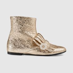 Gucci Children's gold metallic fringe bootie with a mother of pearl interlocking GG flower button. Little Girl Fashion, Kids Fashion, Flower Button, Gucci Kids, Fringe Booties, Khaleesi, Baby Steps, Scottish Highlands, Outfits