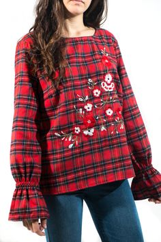 Blusa afelpada de cuadros escoceses con bordados florales y volante en el puñito. El tejido es tan agradable que no te la querrás quitar.