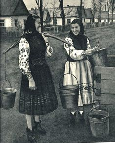 Ukrainian girls at the well. Vintage Pictures, Old Pictures, Old Photos, Folk Costume, My Heritage, People Of The World, Eastern Europe, Vintage Photography, Culture