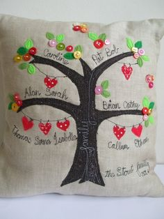 Ideas family tree ideas for kids school christmas gifts Applique Cushions, Cute Cushions, Sewing Pillows, Fabric Crafts, Sewing Crafts, Sewing Projects, Free Motion Embroidery, Machine Embroidery, Family Tree Quilt