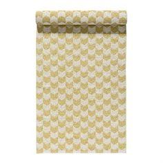 Piristä keittiötäsi hankkimalla lattialle Knit matto honey. Tässä Nordic Nestin muovimatossa on kaunis pastellinkeltainen väri ja sen kuosi on saanyt inspiraationsa perinteisestä sileästä neuloksesta. Kutomo, jossa kaikki Nordic Nestin pehmeät muovimatot valmistetaan, on valmistanut muovimattoja jo vuodesta 1956 saakka. Knit on kestävä ja se on helppo pitää puhtaana.