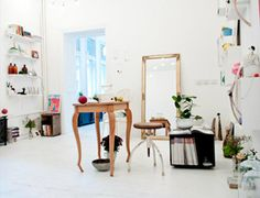 White space with beautiful displays Commercial Interior Design, Commercial Interiors, Beauty Room Decor, Happy House, White Aesthetic, White Space, Minimalist Interior, Beautiful Space, Gull