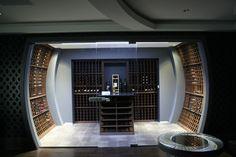Découvrez Le Tonneau, une cave à vin réalisée sur mesure par CellArt grâce à son expertise en conception, construction et l'aménagement de caves à vin.