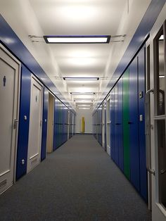 Licht quergedacht. Seiltanz mit Licht mal anders. SLIDE LINE Lichtsystem von GRIMMEISEN LICHT. Grimm, Home Office, Lockers, Locker Storage, Cabinet, Furniture, Home Decor, Ice, Lighting