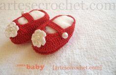 Sapatinho de crochet com detalhe de flor e pérola - Vermelho