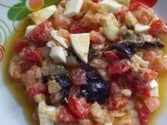 ENSALADA MURCIANA: Ensalada típica de la huerta Murciana por los productos que la componen. Está elaborada con tomate de pera, cebolla, huevo duro, bacalao o atún en conserva,  aceitunas partidas de Cieza, aceite de oliva y sal. www.okmurcia.com  https://twitter.com/okmurcia http://on.fb.me/1gcPejp