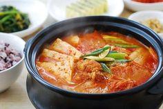 〈 Présentation de plat : Kimchi jjigae 〉 Le kimchi jiigae, qui signifie ragoût de kimchi, est le plat favori des employés pour le déjeuner. En effet, la plupart des restaurants réussissent très bien ce plat qui est également abordable et suffisamment copieux. De même, dans chaque foyer, un kimchi jiigae préparé à partir de kimchi bien mûr est toujours le bienvenu. Le porc et les anchois coréens sont les meilleurs ingrédients de ce plat populaire. #LyLy  S&C :KFF / google image