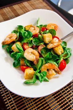"""Классический рецепт салата """"Цезарь"""" с креветками: сочный зеленый салат, помидоры черри, чесночные крутоны, креветки и вкуснейший соус - словом, ничего лишнего!"""