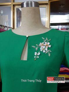 Einfaches Kleid mit Seidenband und Fashion Water Steinperlen Source by thoitrangthuy Neck Designs For Suits, Neckline Designs, Dress Neck Designs, Designs For Dresses, Churidar Neck Designs, Kurta Designs Women, Salwar Designs, Saree Blouse Designs, Kurti Patterns
