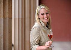 Pfälzische Weinkönigin Andrea Römmich. Ein Porträt über sie auf http://weine.inbrd.de/content/weink%C3%B6nigin-pfalz-2012-2013-andrea-r%C3%B6mmich