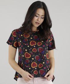 Blusa confeccionada em tecido plano leve de toque seco. A padronagem é formada por flores diferenciadas. A modelagem soltinha tem decote redondo e as mangas curtas.