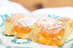 Wenn ich an meine Kindheit und Sommer denke, steigt mir in Sekundenschnelle die einzigartigen Duftmischung von Chlorwasser, Pommes rot-weiß und Kokossonnencreme in die Nase und mein Hirn schaltet auf Ferienmodus. Nach dem Freibad mit dem Fahrrad den gemeinen Hügel zu unserem Haus hoch und dann hemmungslos über den frischen Marillenfleck herfallen. Vergiss Dessertteller und Kuchengabel, … Brownie Bar, Sweet Cakes, Cornbread, Sweet Tooth, Low Carb, Nutrition, Sweets, Fruit, Cooking