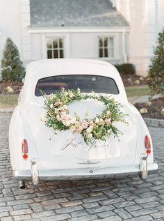 Ein großer Blumenkranz als Autoschmuck zur Hochzeit - sieht super aus auf diesem taubenblauen Oldtimer! » Lauren Fair Photography