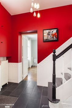 Complete renovation of a house by the interior architect Cécile Gorce - New Deko Sites Everything Is Illuminated, Decoration Entree, Black And White Theme, Red Walls, Entryway Tables, Stairs, Cottage, Architecture, House