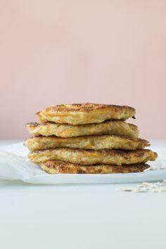 Klatkager lavet af havregrød og revet gulerod er en sund, næringsrig og mættende morgenmad eller eftermiddagsmad til børn og voksne. Den 2-årige herhjemme elsker dem! De sunde pandekager med gulero… Healthy Breakfast Recipes, Healthy Snacks, Snack Recipes, Dessert Recipes, Healthy Eating, Baby Snacks, Raw Vegan Cake, Good Food, Yummy Food