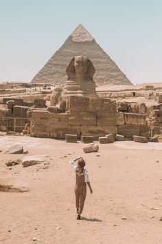 Planning a trip to see the Pyramids of Giza and dive in the Red Sea? Here are 10 tips for your first trip to Egypt that I wish I knew before I went! Travel Photographie, Kairo, Egypt Travel, Travel Europe, Africa Travel, India Travel, Pyramids Of Giza, Photos Voyages, Beautiful Places To Travel