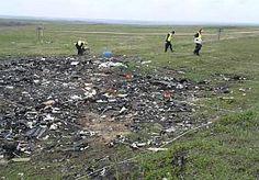 """16-Apr-2015 19:07 - MH17-ONDERZOEKERS: WE BLIJVEN ZOLANG HET NODIG IS. Op de eerste dag was het raak. Het MH17-onderzoeksteam vond vandaag menselijke resten op de rampplek in Oost-Oekraïne. Een hoopgevend begin, want """"we gaan niet weg voordat de klus is afgerond"""". Woordvoerder Michiel Marchand van de repatriëringsmissie staat met verslaggever Gert-Jan Dennekamp staat in een uitgestrekt veld. Zwart van de verbrande grond. Het is de plek waar een groot deel van het Malaysia..."""