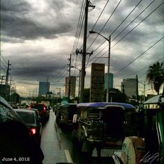 出勤 Off to work!! #rainy #dark #morning #sky #philippines #cloud #jeepney #car #フィリピン #空 #雲 #車