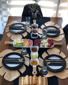 Dining Table Decor Everyday, Table Decor Living Room, Dining Rooms, Breakfast Presentation, Food Presentation, Desayuno Romantico Ideas, Comment Dresser Une Table, Brunch Mesa, Breakfast Table Setting
