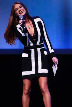 Marina Ruy Barbosa é fã de produções bicolores. Desta vez, ela investe no vestido preto e branco com estampa geométrica. O charme da produção fica por conta da lingerie aparente