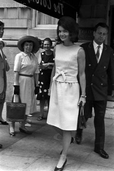 Jackie Kennedy Outside The Colony Club Jacqueline Kennedy wearing a pink dress tied in front, leaving the Colony Club. Jackie Kennedy Style, Los Kennedy, Jacqueline Kennedy Onassis, Jaqueline Kennedy, Tweed, Mode Vintage, Look Chic, Timeless Fashion, Vintage Fashion