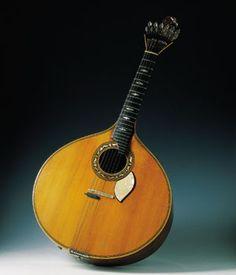 Instrumentos Musicales en los Museos de URUEÑA: guitarra de fado.