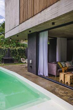 living rstico conectado con el patio y pileta en donde destaca la estructura de hormign