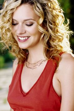 Hilarie Burton - Peyton Sawyer-Scott Because she was all curly hair and venom, just how we like it. Curly Hair Tips, Short Curly Hair, Curly Hair Styles, Wavy Hair, Thin Hair Haircuts, Permed Hairstyles, Hilarie Burton White Collar, Hillary Burton, Supernatural Jensen Ackles