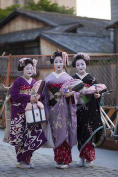 The maiko Shino (left), the retired maiko Mamefuji (middle) and the maiko Marika.