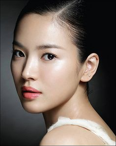 Shiny skin with rose lips and simple earring