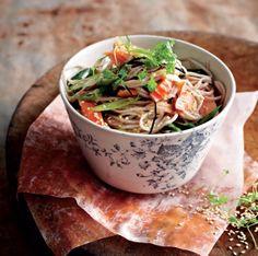 East meets West, ook in delicious. Lekker Koken. Fijn voor de lunch, maar ook prima als voorgerecht, Sobanoedels met warm gerookte zalm en sojadressing. Kijk hier voor meer: http://www.fontaineuitgevers.nl/wp/wp-content/uploads/9789059564503-delicious-Lekker-koken-klein.pdf