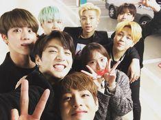 FOTO] 11.03.16 – BTS com a Staff Sunny da SK Telecom | Bangtan Brasil