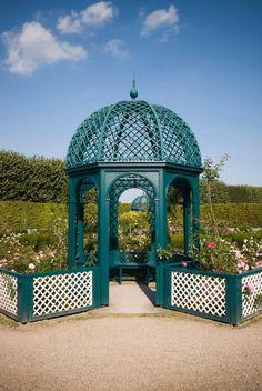 Bu gazebo bu gazebo bahçedeki tasarımının ayrılmaz bir parçası haline bahçe alanları etrafında daire eşleşen çitler ekledi.