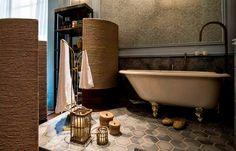 Suíte da Jovem, de Vanessa de Barros: as banheiras de porcela à moda antiga foram marcantes nas decorações de banheiros na Casa Cor. Mesmo desenhado para uma jovem, a profissional decidiu usar uma decoração clássica e harmônica para o ambiente