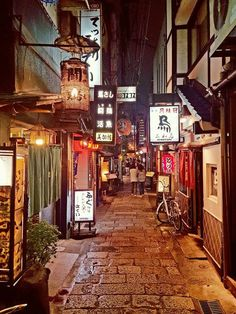 Traveling through Japan from Tokyo, Kyoto, and Osaka, including stays in Shinjuku and Harajuku Aesthetic Japan, City Aesthetic, Kyoto, Osaka Japon, Osaka Castle, Japan Street, Japanese Streets, Alleyway, Japanese Architecture