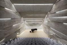 Construit en 2014 par l'architecte allemand Peter Haimerl, dans le village de Blaibach en pleine Bavière rurale, cet auditorium est une merveille d'archite