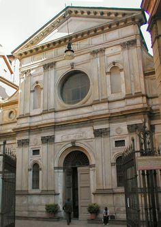 Santa Maria presso San Satiro. Bramante não se esqueceu de trabalhar o exteior em concordância com a cidade.