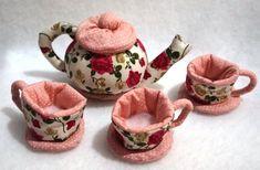 Lindo Conjunto de chá em tecido de algodão estampado,dupla face,com três xícaras ,uma bandeja,e uma chaleira.  Ótimo pra estimular a imaginação e criatividade da criança.  Produto sujeito a variação nos padrões de estampa