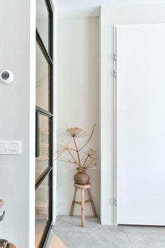 Skygate is een jong Nederlands merk dat betaalbare stalen binnendeuren met glas heeft ontwikkeld. Bekijk hier hoe bijzonder mooi de zwarte industriële deuren in verschillende ruimtes uitgevoerd zijn. Decor, Furniture, House, Interior, Industrial Style, Deco, Doors Interior, Home Decor, Interior Design