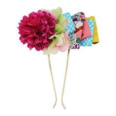 新潟で美容室を構えるFunny☆Gangによる髪結一門の髪飾りブランド「MOGA」と、かんざし屋wargoの初コラボレーション。鞠のようにまるく咲き誇る菊と、着物生地を用いたリボンをあしらったレトロモダンな二又簪(かんざし)です。