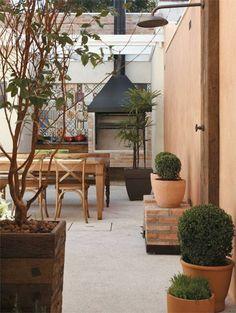 O quintal, com piso de fulgê, abriga o espaço de lazer dotado de churrasque...