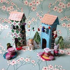 Maison pour petits personnages en bouteilles de jus de fruits