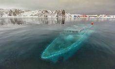 """""""南極大陸のアルドレイ・コーブ近くで水没した、幽霊のように不気味なブラジルのヨットMar Sem Fim号の残骸。ブラジルのクルーがドキュメンタリーフィルムを収録中、強風と大波によって沈んでしまった。現在は引き上げられている。"""""""