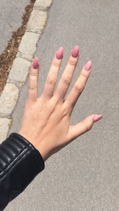 Gorgeous rose coloured nail polish in almond shaped nails | www.bold-in-gold.com   #boldingoldblog