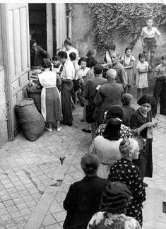 Reparto de raciones de comida en Madrid. Fotógrafo desconocido. #spanish civil war #guerra civil española